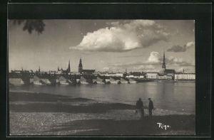 AK Riga, Blick vom Ufer auf Brücke mit Kirchtürmen