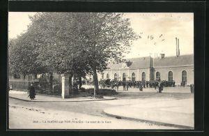 AK La Roche-sur-Yon, La cour de la Gare, Blick zum Bahnhof