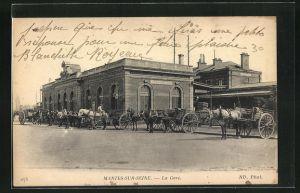 AK Mantes-sur-Seine, La Gare, Kutschen warten auf dem Platz vor dem Bahnhof