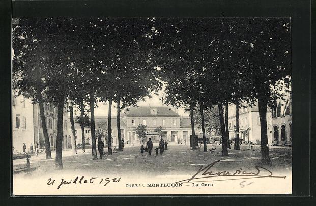 AK Montlucon, La Gare, Anwohner vor dem Bahnhofsgebäude