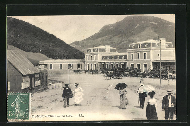 AK Le Mont-Dore, La Gare, Pferdekutschen vor dem Bahnhofsgebäude