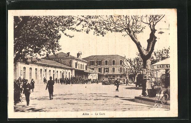 AK Ales, La Gare, Passanten am Bahnhofsgebäude 0