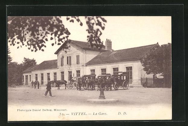 AK Vittel, La Gare, Bahnhofsgebäude mit Pferdekutschen