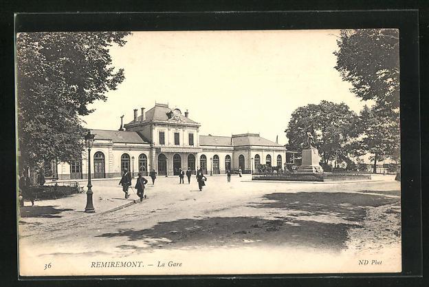 AK Remiremont, La Gare, Passanten vor dem Bahnhofsgebäude