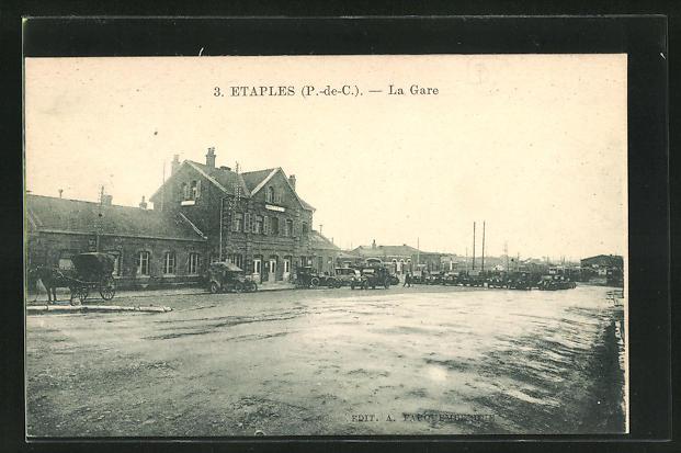 AK Etaples, La Gare, parkende Autos vor dem Bahnhofsgebäude