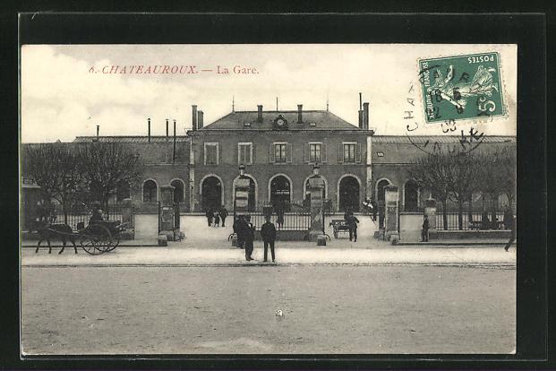 AK Chateauroux, La Gare, Passanten vor dem Bahnhofsgebäude