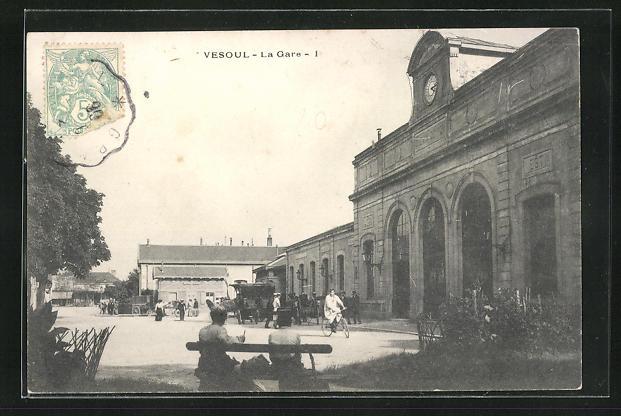AK Vesoul, La Gare, Passanten vor dem Bahnhofsgebäude
