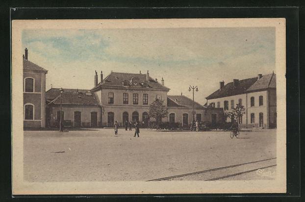 AK Pontarlier, La Gare, Passanten vor dem Bahnhofsgebäude