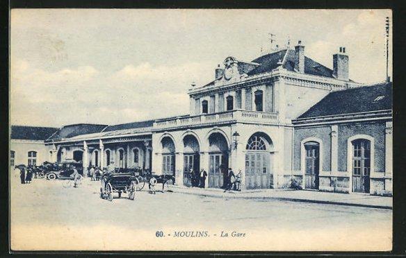 AK Moulins, La Gare, Anwohner vor dem Bahnhofsgebäude