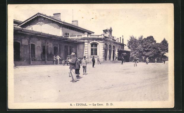 AK Epinal, La Gare, Passanten am Bahnhofsgebäude