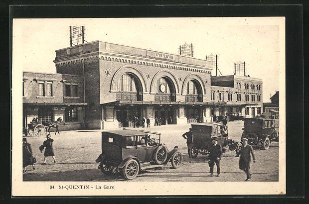 AK St-Quentin, La Gare, parkende Autos vor dem Bahnhofsgebäude