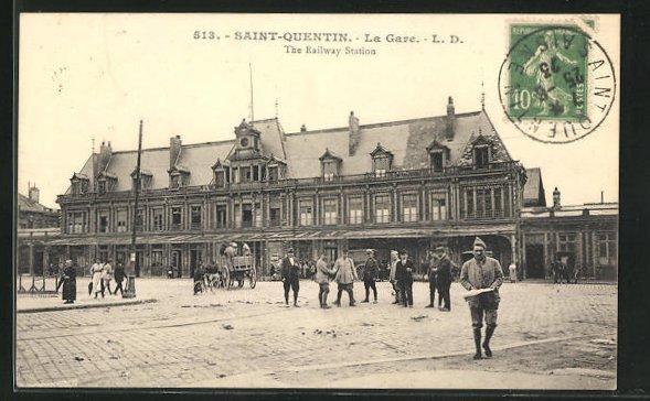 AK Saint-Quentin, La Gare, Passanten am Bahnhofsgebäude