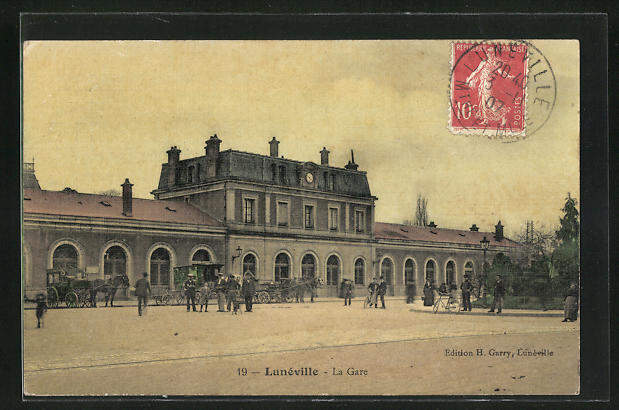 AK Luneville, La Gare, Passanten am Bahnhofsgebäude