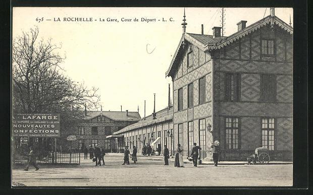 AK La Rochelle, La Gare, Cour de Depart, Passanten vor dem Bahnhofsgebäude