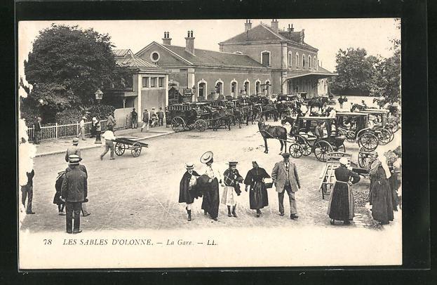 AK Les Sables D'Orlonne, La Gare, Passanten am Bahnhofsgebäude