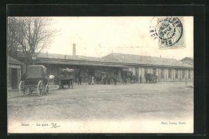 AK Givet, Kutschen halten vor dem Bahnhof