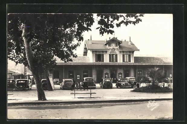 AK Arcachon, La Gare. parkende Autos vor dem Bahnhofsgebäude