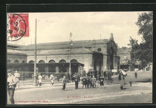 AK Nancy, La Gare, Passanten vor dem Bahnhofsgebäude