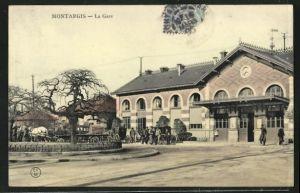 AK Montargis, Kutschen halten vor dem Bahnhof
