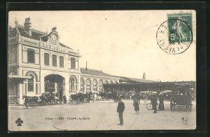 AK Vichy, Kutschen halten vor dem Bahnhof