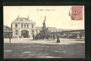 AK Vichy, La Gare et Monument sur la Place de la Gare