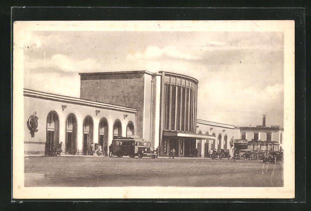 AK Caen, La Gare, parkende Autos vor dem Bahnhofsgebäude