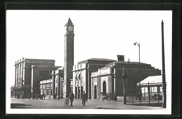 AK Belfort, La Gare, Passanten vor dem Bahnhofsgebäude