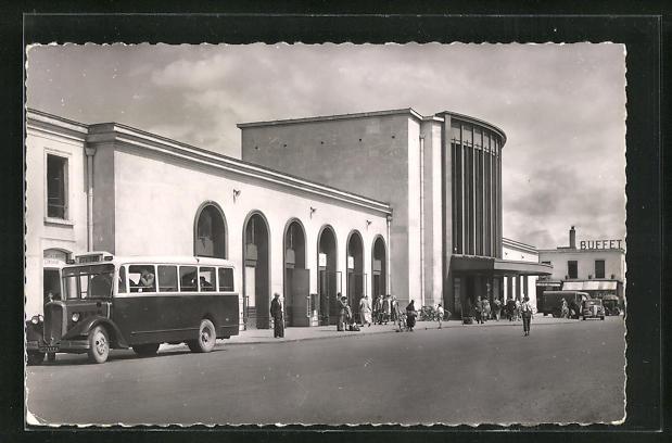 AK Caen, La Gare, Passanten vor dem Bahnhofsgebäude