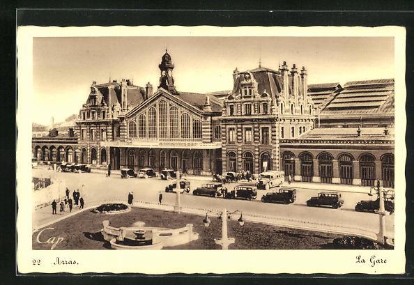 AK Arras, La Gare, parkende Autos vor dem Bahnhofsgebäude