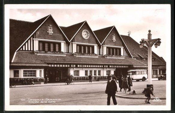 AK Deauville, Entree de la Gare, Anwohner vor dem Bahnhofsgebäude