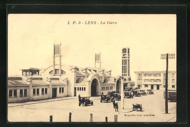 AK Lens, La Gare, parkende Autos vor dem Bahnhofsgebäude