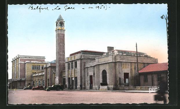 AK Belfort, La Gare, parkende Autos vor dem Bahnhofsgebäude