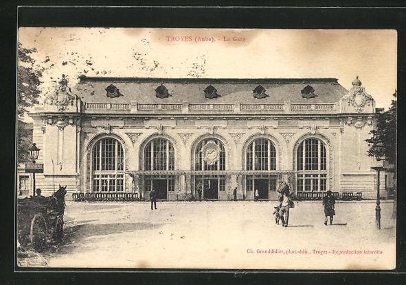 AK Troyes, La Gare, Passanten vor dem Bahnhofsgebäude