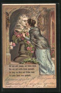 AK Frau küsst eine blumengeschmückte Büste von Friedrich Schiller