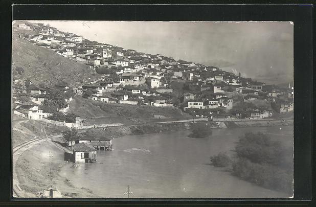 AK Veles, Ortspartie am Ufer mit Eisenbahnstrecke