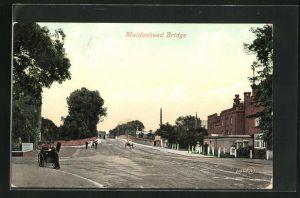 AK Maidenhead, Strassenpartie mit Brücke
