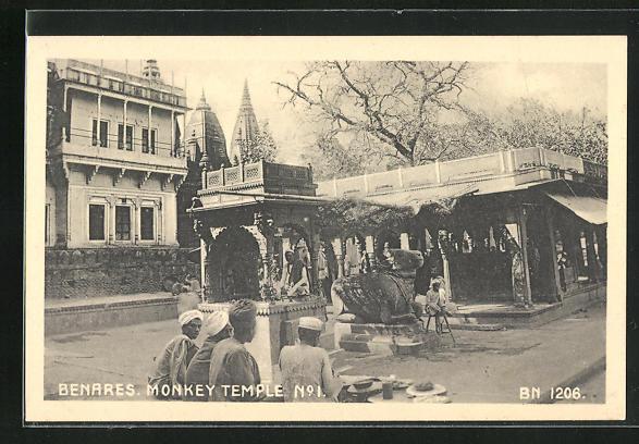 AK Benares, Monkey temple no.1, Inder vor dem Tempel