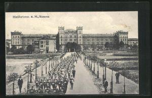 AK Heilbronn a. N., Kaserne u. Soldaten in Uniformen