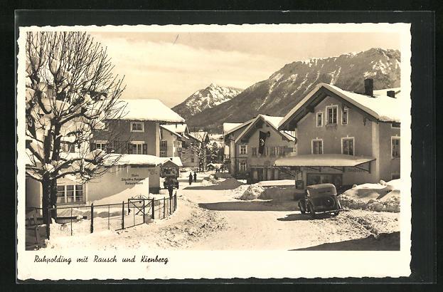 AK Ruhpolding, Kienbergstrasse unter Schneedecke und Blick auf Rausch und Kienberg