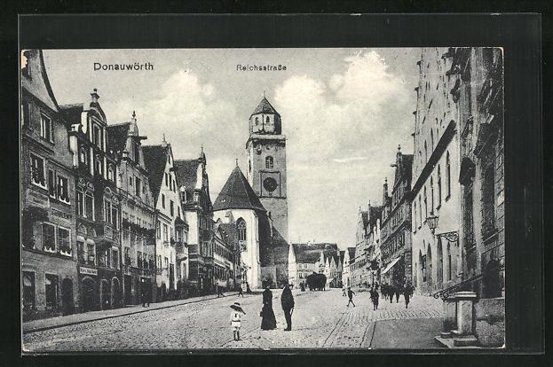 AK Donauwörth, Reichsstrasse mit Geschäften, Blick zum Münster