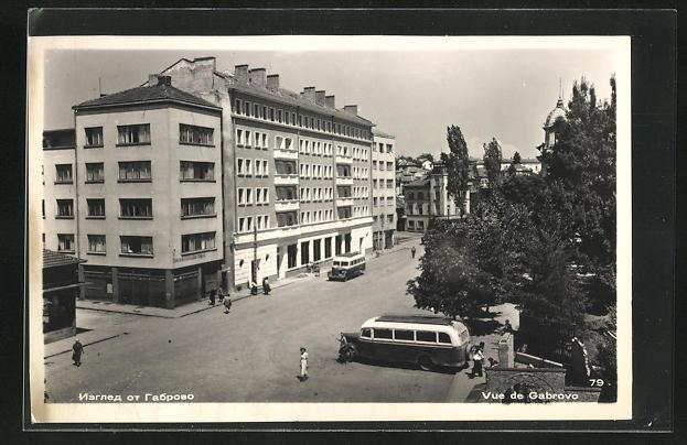AK Gabrovo, Teilansicht mit Häuserfassaden und Autobussen