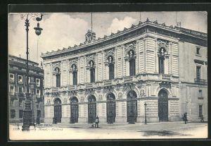AK Madrid, Gebäudeansicht mit Anwohnern