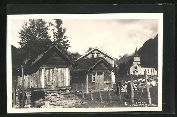 AK Fjaerland, Holzhäuser und Kirche