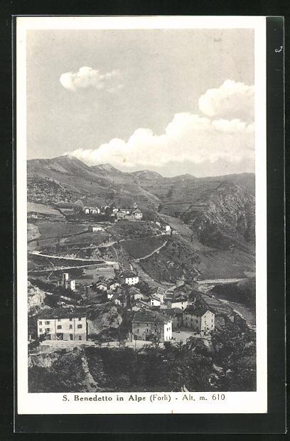 AK S. Benedetto in Alpe, Totalansicht mit Bergen