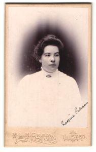 Fotografie L. H. Gram, Thisted, elegante Dame mit Brosche an Kragen