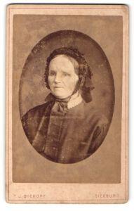 Fotografie T. J. Dickopf, Siegburg, Portrait betagte Dame mit schwarzer Rüschenhaube und Schleife am Kragen