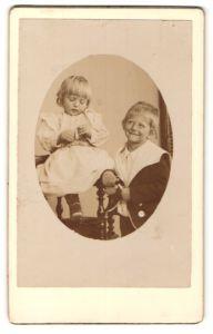 Fotografie Fotograf & Ort unbekannt, niedliches blondes Mädchen und frech grinsender Bube