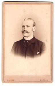 Fotografie H. Joop, Berlin, Portrait eleganter Herr mit Oberlippenbart und Favoris