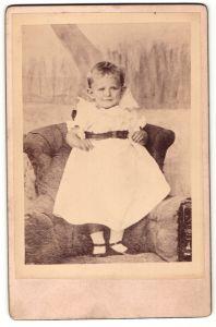Fotografie Federico Neuhaus, Canada de Gomez, Portrait Kleinkind in Kleid, Argentinien