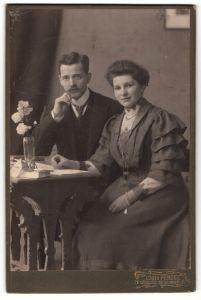 Fotografie Louis Penzel, Görlitz, Portrait junges bürgerliches Paar